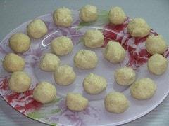 Сформировать клецки в виде шариков