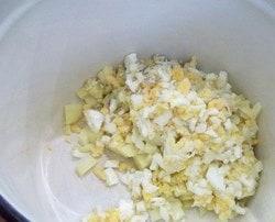 Нарезаем сваренные яйца