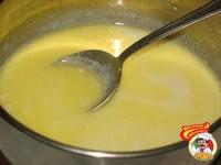 Влить горячее кипяченое молоко