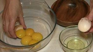 Отделить белки от желтков