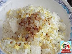 Добавить мелко нарезанный лук