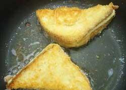 Обжарить гренки на сковороде