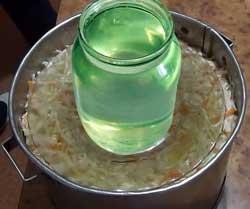 Ставим литровую банку с водой