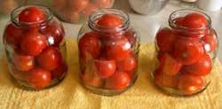 Плотно укладываем помидоры