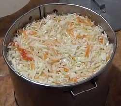Перекладываем капусту в большую кастрюлю.