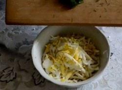 Сырные лепешки с зеленью на сковороде
