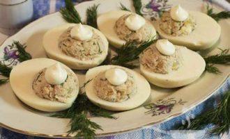 Яйца с рыбными консервами