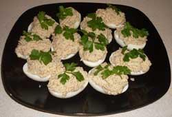 Яйца фаршированные рыбными консервами