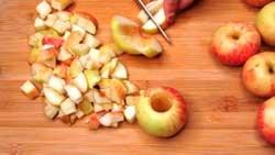 Нарезаем яблоки для пирожков