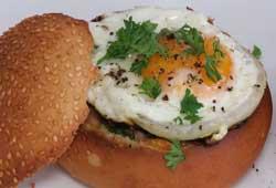 Необычная яичница в булочке на завтрак