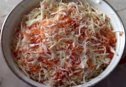 Капусту и морковь нужно перемешать.