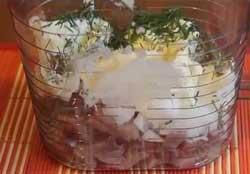 Все нарезанные продукты кладем в чашу блендера.