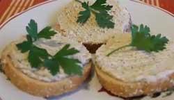 Вкусные бутерброды с маслом из селедки.