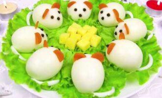 Фаршированные яйца в виде мышек.