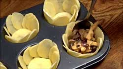 Кладем в картошку грибы.