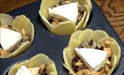 На грибы кладем сыр.