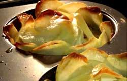 Картошка в виде красивых роз с грибами и курицей.