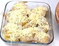 Посыпаем картошку и курицу сыром.
