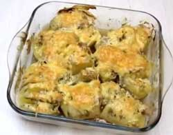 Картофель разложить на тарелке и украсить солеными овощами.