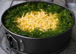 Украшаем салат зеленью.