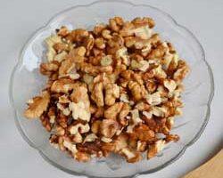 Чистим грецкие орехи.
