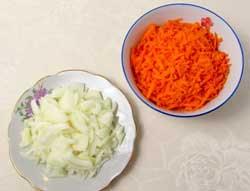 Измельчаем морковь и лук.