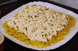 Смазываем слой картофеля майонезом.