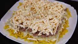 Смазываем майонезом сырный слой.