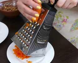 Натираем морковь.