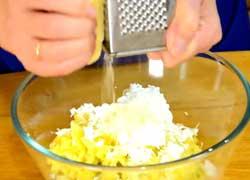 Натираем сыр и добавляем его в салат.