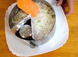 Заполняем кольцо салатом.
