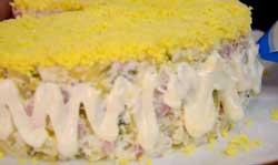 Стенки салата смазываем майонезом.