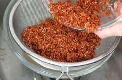 Коричневый рис нужно тщательно промыть.