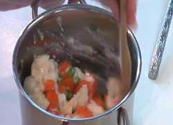 Добавляем к овощам соус