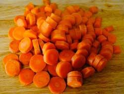 Нарезаем морковку