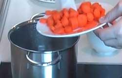 Перекладываем овощи в кастрюлю