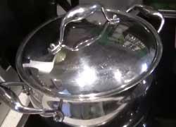 Кипятим в кастрюле воду