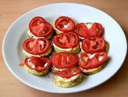 На кабачки кладем помидоры