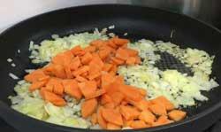 Кладем морковь к луку
