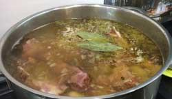 Фасолевый суп с ароматными копчеными ребрышками