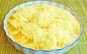 Посыпать картофель сыром.