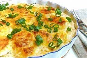 Запеченный картофель посыпать зеленью.