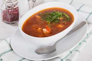 Добавляем в суп петрушку.