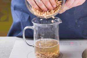 Смешиваем фасоль и воду.