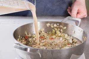 Выливаем в суп фасолевую смесь.