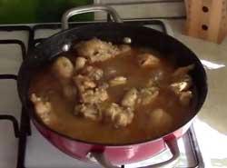 Курица в сковороде.