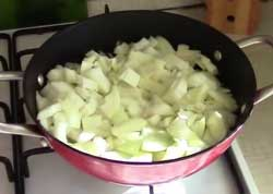 Лук в сковороде.