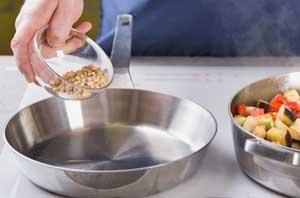 Высыпаем орехи в сковороду.