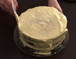 Обмазываем кремом торт.