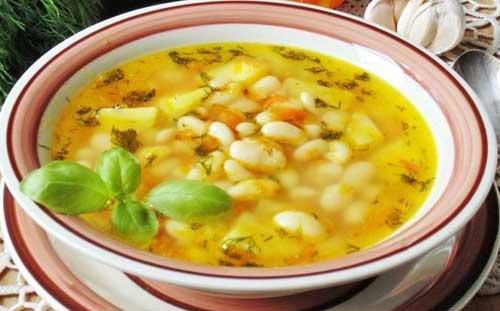 Суп со свежей капустой и фасолью.